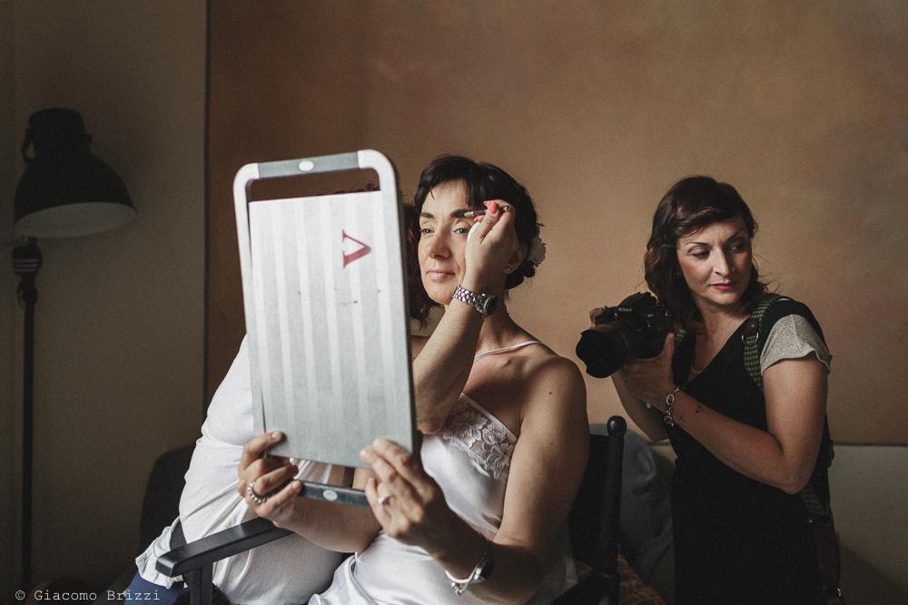 La sposa mentre si trucca, matrimonio Massa Carrara Toscana
