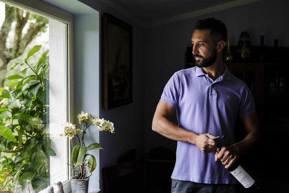 Fotografo Matrimonio Ameglia, Liguria. Uomo in piedi. Giacomo Brizzi Fotografo, ricevimento La Locanda Dell'Angelo